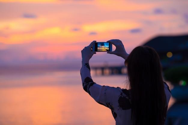 Schöner bunter sonnenuntergang in der tropeninsel bei malediven Premium Fotos