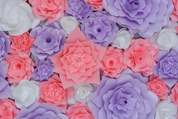 Schöner dekor von farbigen rosa und purpurroten papierblumen auf der wand Premium Fotos