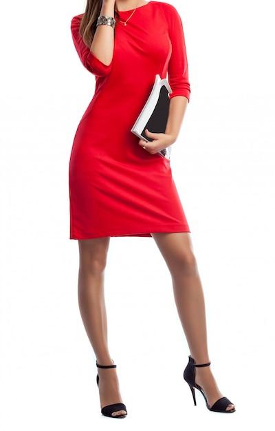 Schöner dünner körper der frau in einem roten kleid. Premium Fotos