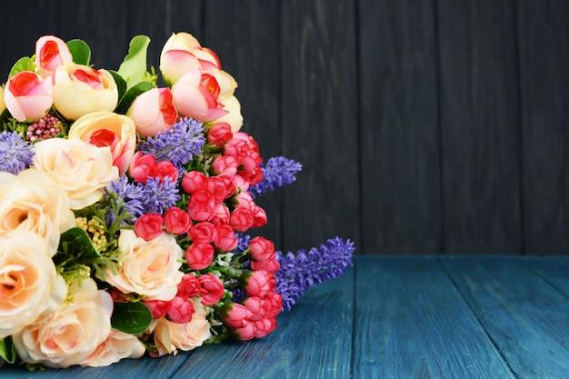 Schöner frühlingsblumenstrauß aus rosen und lavendel Premium Fotos