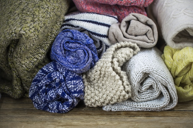 Schöner gemütlicher warmer pullover auf einem holz Kostenlose Fotos