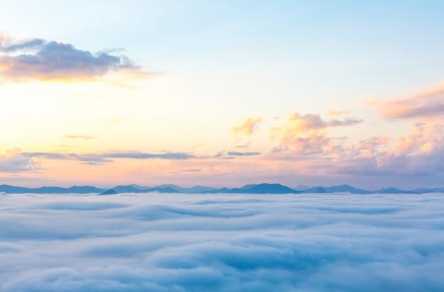 Schöner himmel mit bergen in der ferne Kostenlose Fotos