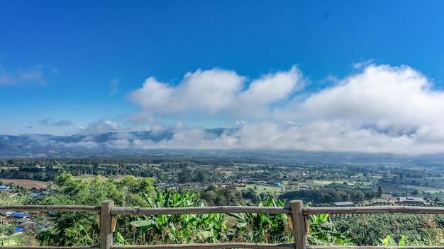 Schöner himmel und weiße wolkenansicht von der spitze des berges. Premium Fotos