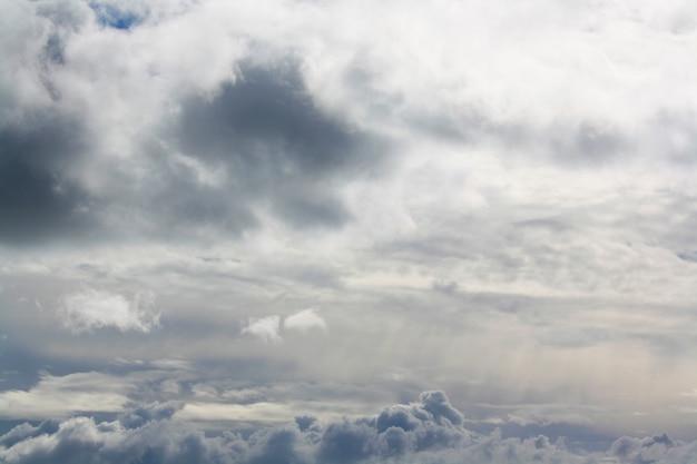 Schöner himmel und wolken bedecken die sonne Kostenlose Fotos