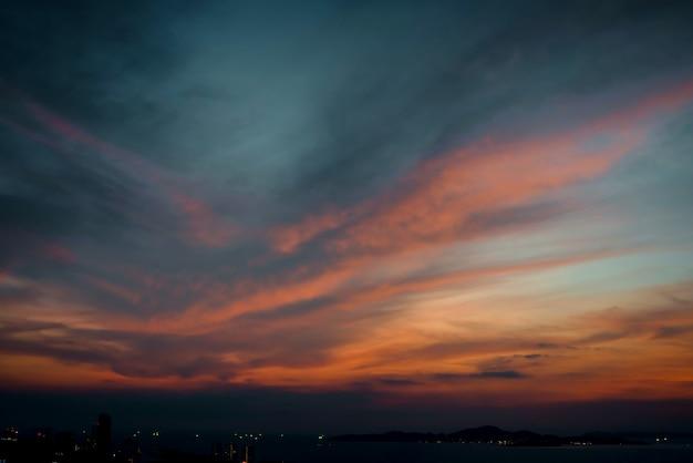 Schöner himmelsonnenuntergang mit bunter wolke am strandozean Premium Fotos