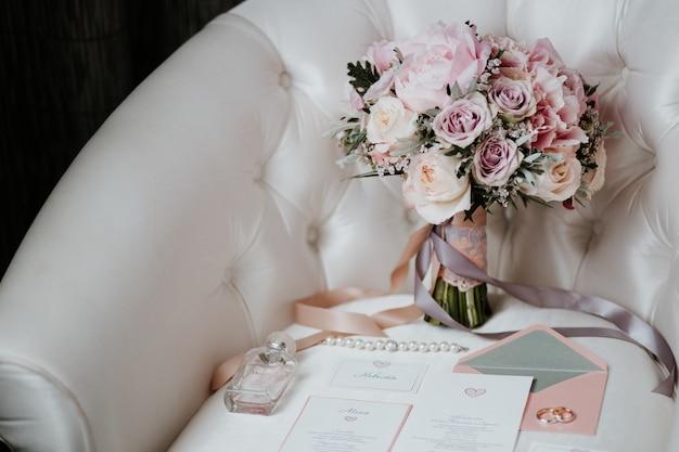 Schöner hochzeitsstrauß mit roten, rosa und weißen blumen, rosen und eukalyptus, pfingstrosen, callalilien Premium Fotos