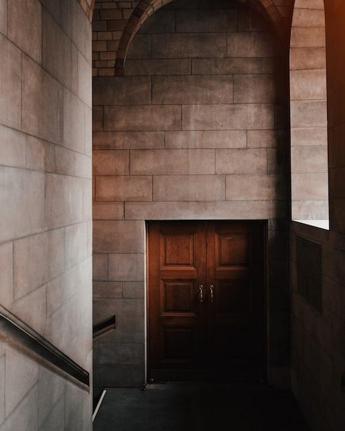 Schöner innenschuss einer braunen tür in einem steingebäude Kostenlose Fotos