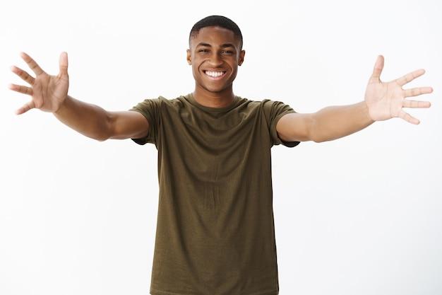 Schöner junger afroamerikaner mit khaki-t-shirt Kostenlose Fotos