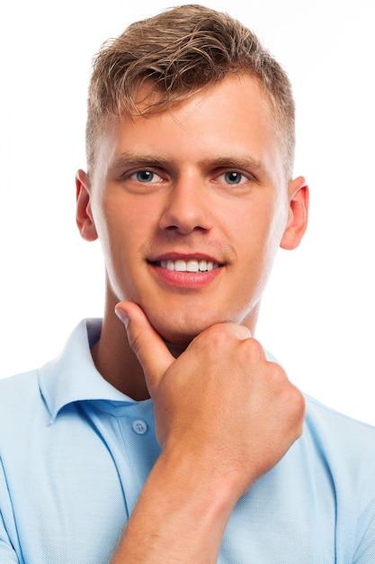 Schöner junger mann in freizeitkleidung   Kostenlose Foto