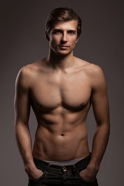 Schöner junger mann mit nackten oberkörper Kostenlose Fotos