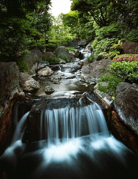 Schöner kleiner wasserfall im gebirgsfluss Kostenlose Fotos