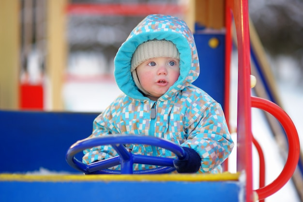 Schöner kleinkindjunge, der spaß auf spielplatz hat Premium Fotos