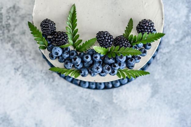 Schöner leckerer kuchen mit weißer sahne Premium Fotos