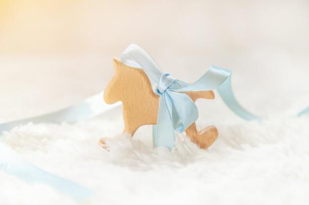 Schöner leichter hintergrund, neugeborenes baby des zubehörs. selektiver fokus Premium Fotos