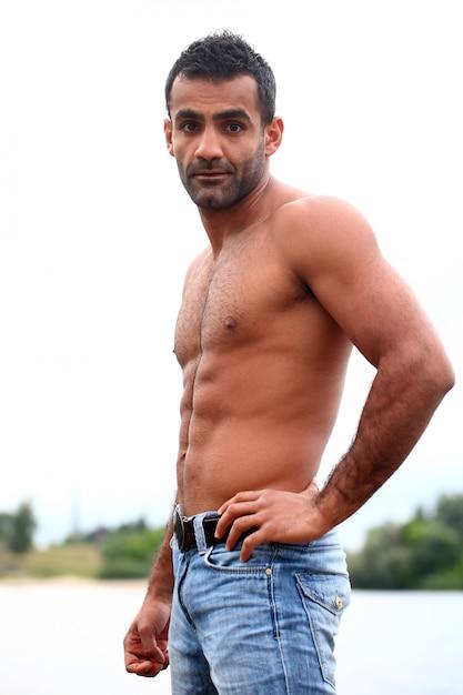 Schöner mann mit nacktem oberkörper   Kostenlose Foto
