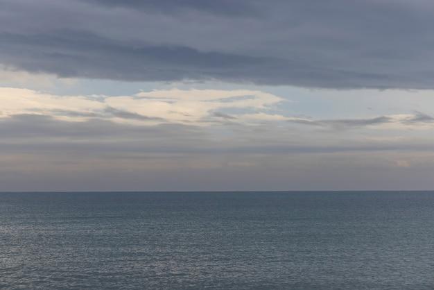 Schöner meerblick und bewölkter himmel Premium Fotos