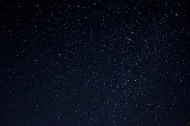 Schöner nachthimmel voller sterne. teil der milchstraße im himmel. Premium Fotos