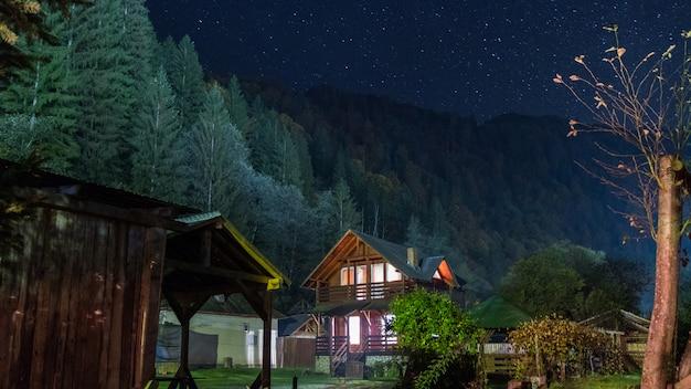Schöner ort in den bergen Premium Fotos
