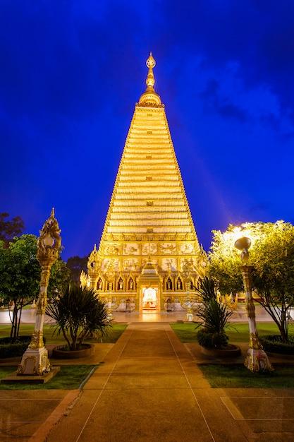 Schöner pagode wat phrathat nong bua temple in der nachtzeit bei ubon ratchathani, thailand Premium Fotos