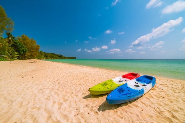 Schöner paradiesstrand und meer mit kajakboot Kostenlose Fotos