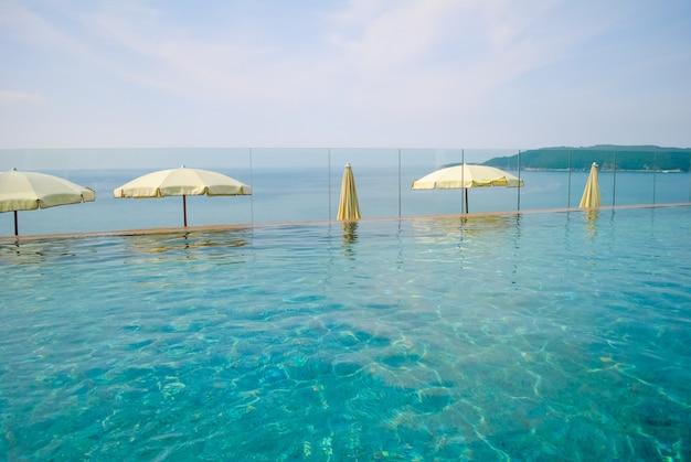 Schöner pool an einem heißen schwülen tag Premium Fotos