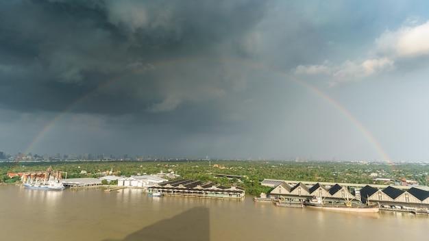 Schöner regenbogen nach starkem regen, der bang kachao ansieht Premium Fotos