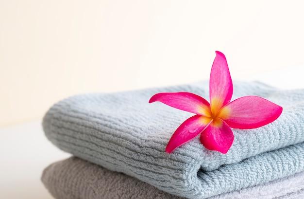 Schöner rosa blatt-kranz auf dem tuch über dem hintergrund Premium Fotos