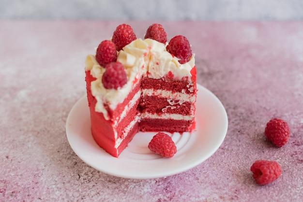 Schöner rosa sahne- und beerenkuchen Premium Fotos