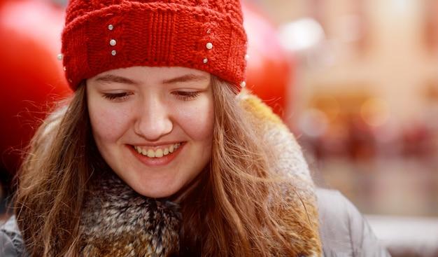 Schöner roter junger hauptjugendlicher im abstrakten unschärfelicht der stadt draußen Premium Fotos
