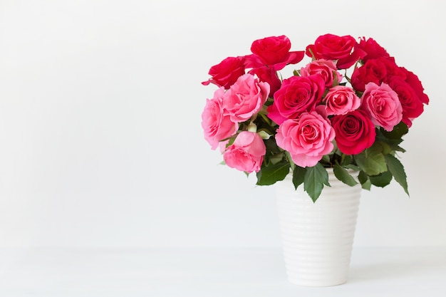 Schöner roter rosenblumenstrauß in der vase Premium Fotos