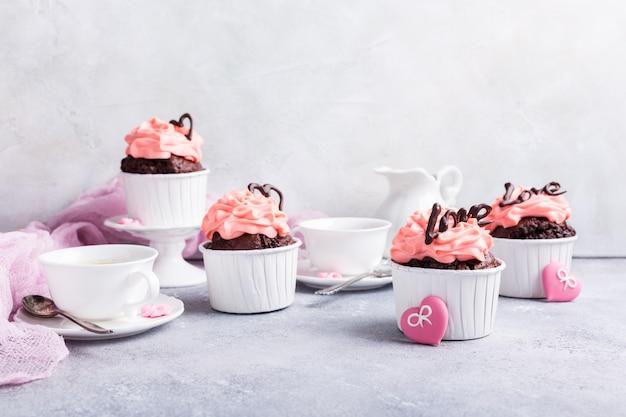 Schöner schokoladen cupecake mit herz Premium Fotos