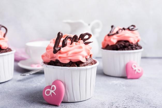 Schöner schokoladencupcake mit herzen Premium Fotos