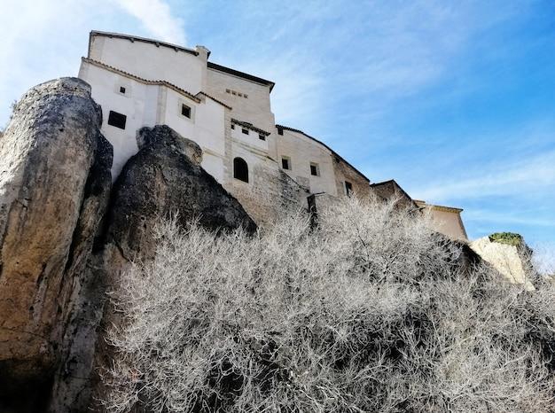 Schöner schuss der hängenden häuser auf der klippe an einem sonnigen tag in cuenca, spanien Kostenlose Fotos