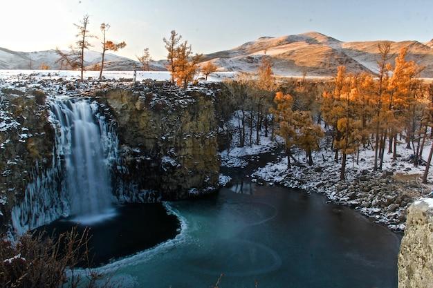 Schöner schuss einer berglandschaft, die teilweise mit schnee bedeckt ist Kostenlose Fotos