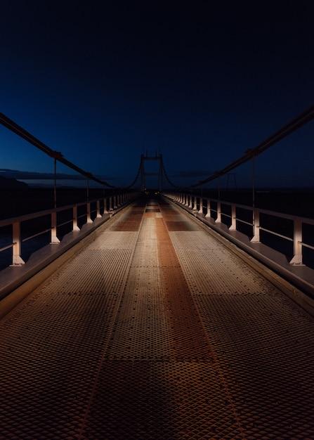 Schöner schuss einer stahlbrücke bei nacht Kostenlose Fotos