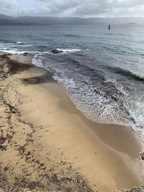 Schöner schuss eines sandstrandes unter dem bewölkten himmel in ajaccio, korsika, frankreich Kostenlose Fotos