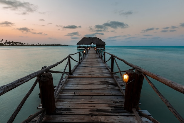 Schöner schuss eines sonnenuntergangs über einem pier in sansibar, ostafrika Kostenlose Fotos