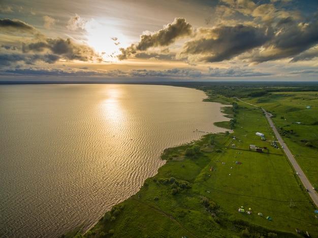 Schöner see bei sonnenuntergang - luftaufnahme Kostenlose Fotos