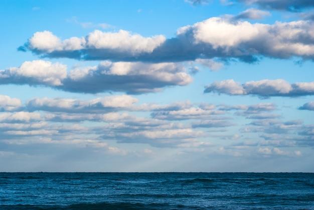 Schöner see- und wolkenhimmel Premium Fotos