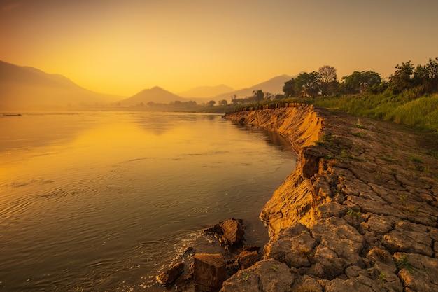 Schöner sonnenaufgang auf dem mekong bei chiang khan, grenze von thailand und von laos, loei-provinz, thailand. Premium Fotos