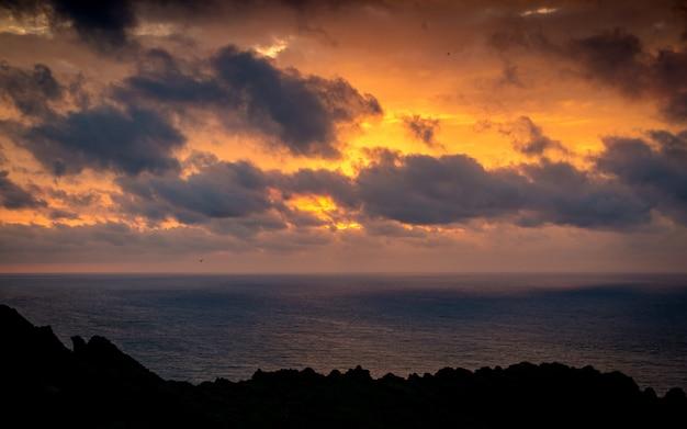 Schöner sonnenaufgang in ilchulbong, jeju-insel, südkorea. Premium Fotos
