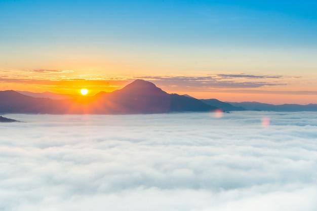 Schöner sonnenaufgang über berg mit nebel morgens Premium Fotos