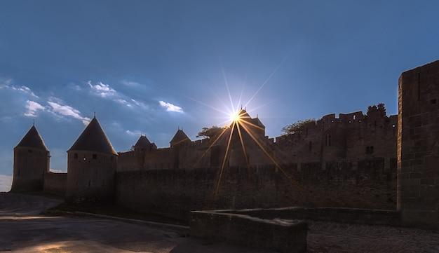 Schöner sonnenstern über einem turm am eingang der festungsstadt carcassonne Premium Fotos