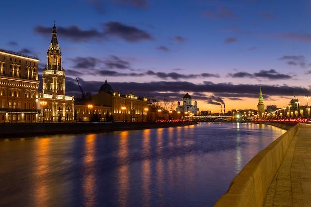 Schöner sonnenuntergang am moskwa-flussufer mit blick auf kremlmauer und kathedrale christi des erlösers in moskau, russland Premium Fotos