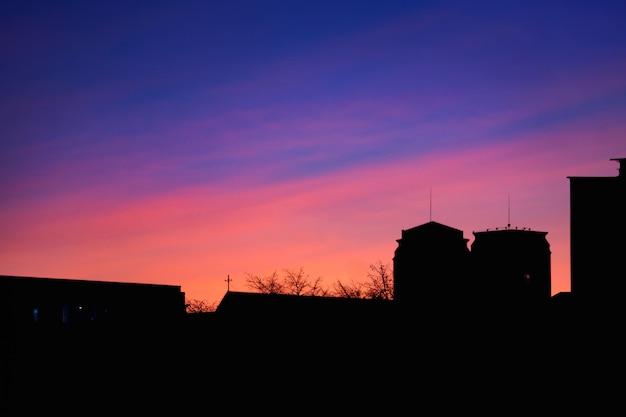 Schöner sonnenuntergang auf dem dach des hauses Premium Fotos