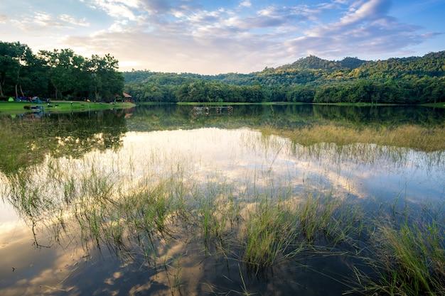 Schöner sonnenuntergang auf dem reservoir, reflexion der wolke, landschaft thailand Premium Fotos