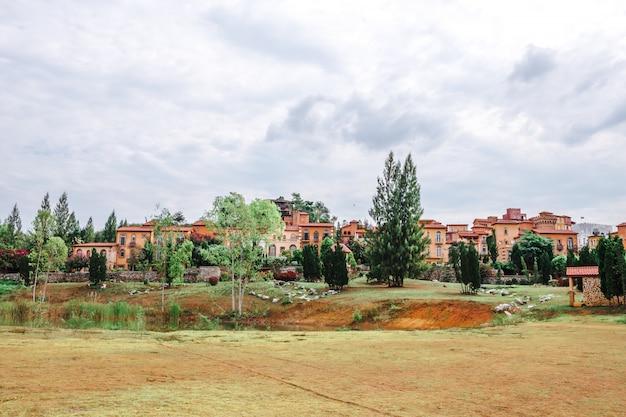 Schöner stadtparkpark der italienische toskana-stil in khaoyai nakhon ratchasrima Premium Fotos