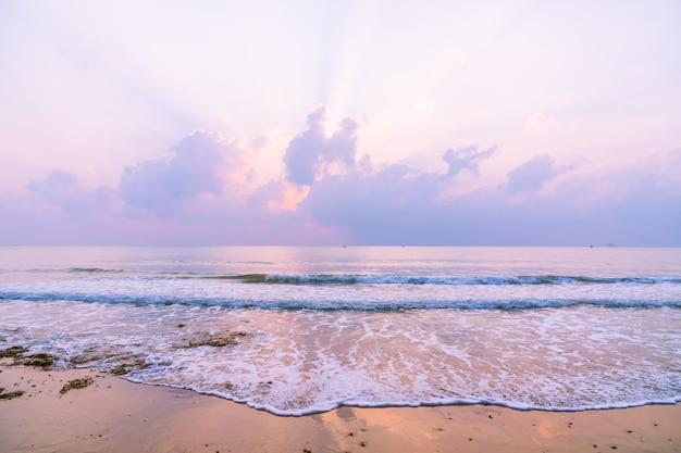 Schöner strand und meer bei sonnenaufgang Kostenlose Fotos