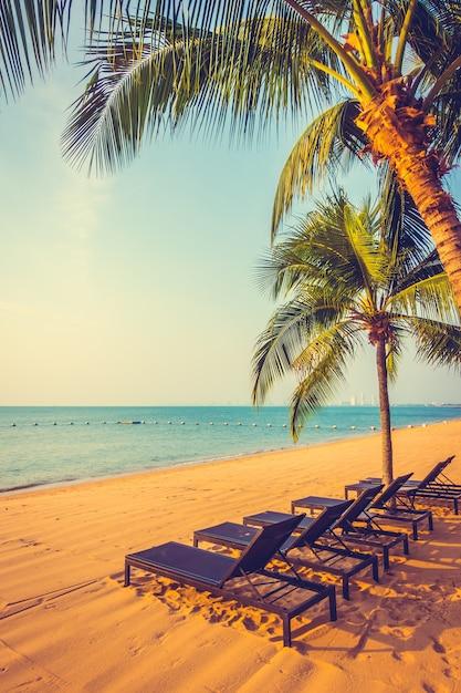 schöner strand und meer mit palme  kostenlose foto