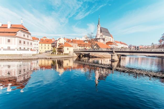 Schöner tag in der historischen stadt mit dem fluss Kostenlose Fotos